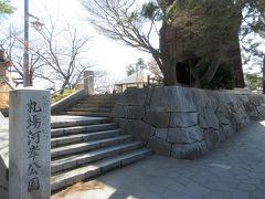 草加松原遊歩道の先に造られた札場河岸公園。 江戸時代初め、法令や禁令などが書かれた高札があったことから名付けられました。児童遊具はありませんが、園内には奥の細道で草加に立ち寄った松尾芭蕉像や、明治時代に再築されたレンガ造りの水門、富士山が眺められる五角形の望楼、復元された舟運の河岸場などが建っています。桜並木もあり春は多くの人で賑わうと思います。かつての宿場町を散策していると、当時の様子を知ることができる史跡がいろいろ残っていて、楽しい散策ができます。