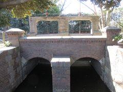 札場河岸公園に残るレンガ造りの甚左衛門堰。 洪水時に、綾瀬川から伝右川に水が逆流するのを防ぐために造られました。 レンガ造りになってから125年たちました。 現在は使用されていないため、水はよどみ汚れています。 江戸時代、舟運の荷物の積み下ろしの運営を行っていた野口甚左衛門家の名が付けられた堰です。