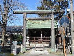 おせん公園の隣に建つ神明宮。 江戸時代初めにご神体を祀り、その100年後に宿場の総鎮守として宿場を見守ってきたとのことです。狭い境内の一画には、草加に功績を残し、草加名誉市民の称号を得た野口太七さんの胸像が建っています。木造の大きな鳥居と社殿は落ち着きが感じられました。