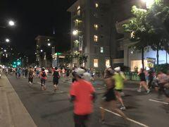 <カラカウア通り:9km辺り>6:05  走りながら撮ったのでブレていますが、通りの先はモアナサーフライダー。  カラカウア通りはホテルが多いので、早朝にもかかわらず、いつも多くの人達が沿道で応援してくれます。 自然に元気が出てきて走りが軽くなります!