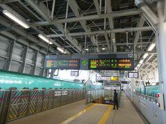 ホームの両側に停まっております。 11番ホームと12番ホームは、いずれも東京方面のホーム。 新青森で折り返しの新幹線もありますからね。