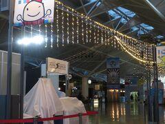 中部国際空港  まだ朝7時前。 お店も空いていなくて閑散としています。