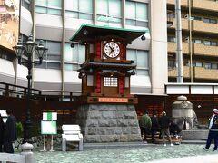 坊ちゃんカラクリ時計  坊っちゃんカラクリ時計は、道後温泉駅の正面(放生園)にあります。カラクリ時計は、道後温泉本館の振鷺閣をモチーフにした時計で、軽快なメロディにのって時計台がせり上がり、夏目漱石の小説「坊っちゃん」の登場人物が現れます。その横には足湯があり、いつも多くの観光客が利用しています。