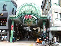 道後ハイカラ通り  道後ハイカラ通りとは、伊予鉄道の道後温泉駅と道後温泉 本館を結ぶ商店街で、距離にしておよそ250メートルのL字型の通りに、お土産物屋さんやレストラン、カフェなどが立ち並んでいます。