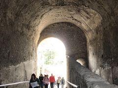 入り口、こういうトンネルを通って、