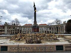 ソビエト戦勝記念碑 です。  どこの街に行っても戦争の痕跡がありますね。。 今の幸せは昔戦った兵士の犠牲のもとにあるのだと、、、