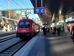 オーストリア ÖBB の レイルジェットに乗ります。 最後尾は赤色。。