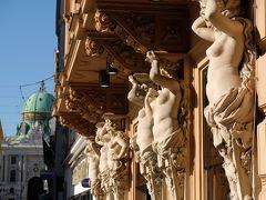 建物の外壁には歴史を感じる装飾が随所にあります。