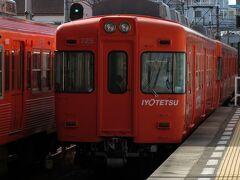 目的地は「梅津寺駅」  JR松山駅から行けると思っていたのに、大きな間違い。 梅津寺駅は松山市からローカル線伊予鉄道高浜線に乗っていくアクセスとなり、大手町駅から20分程で到着。 散々、時間を無駄にし、大手町駅に徒歩で向かいました。 ほどなくして、ミカン色の電車がホームに入って来ました。