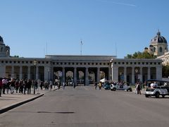 ブルク門  広場を真っすぐ進むと、王宮の南側の門、ブルク門が構えます。 そこを抜けて進みましょう。