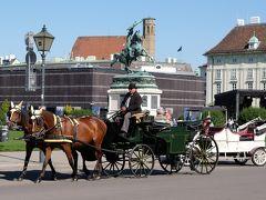 新王宮の前には大きな英雄広場があります。 カール フォン エスターライヒ像