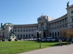 新王宮  フランツ2世の広場を抜けると、広く開放感のある所に出てきます。