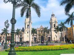 【アルマス広場】 芝生が青々してよく整備された綺麗な広場です。カラフルなお花がたくさん咲いていて憩いの場になっています。