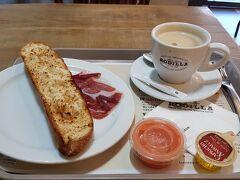 お気に入りのRodillaで朝ごはん。 昔に比べるとパンは細くなってるしハムの量も減ってない?!と3年前の写真を引っ張り出して見比べてみたけれどそうでもなかった(笑) パンにオリーブオイルとトマトソースを塗って、ハモンをのせてかぶりつく!