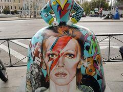 コロン広場に来ました。一番見たかったのがこれ!見つかってよかったー。デイビッドボウイの像!