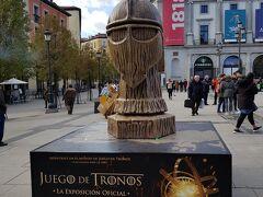 オペラ駅前の広場にあったゲームオブスローンズの宣伝。そのままスペイン語でに訳したタイトルなんですね。
