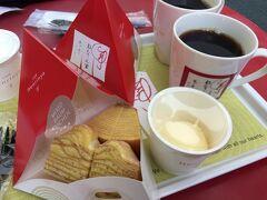羽田に早めに着いて、「Cafeねんりん家」で一服。温かいバームクーヘンにコーヒー、バニラアイスかホイップクリームがついて税抜667円。美味しかった。