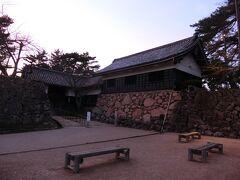 所要で早い時間の飛行機に乗れなかったので、もう夕暮れ。松江城は閉まっていたけど公園内には入れて、門のところまでは行けた。