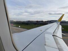 オルリー空港からブエリング航空の飛行機に搭乗しました  飛行機は満員だったように思います。みんな以外と旅行に行くんだな~と他人事のように思いながらスペインに出発!  ありがとう、楽しかったよフランス!