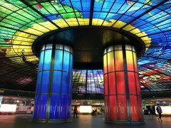 MRTで美麗島駅へ。 高雄で唯一これは外せない!と思っていたのはこれ。 世界で2番目に美しい駅らしい。  最高です!! 駅の照明も落としてあるので、色が綺麗に映えます。