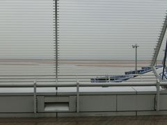 セントレア 雨です。デッキには誰もいません。 あ、出発は遅めです。でも人、いません。飛行機もかなり少ないです。。