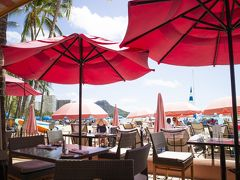 ビーチ沿いにある、ホテルのレストラン「サーフ・ラナイ」でランチをとることにしました。目の前にはビーチ、遠くにダイヤモンドヘッドが見える、最高のロケーションです。