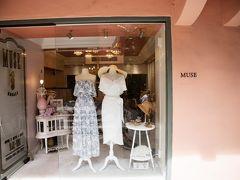 セレクトショップのMUSE by RIMO。人気のブロガーさん一押しのお店で、来てみたかったのです。かわいいドレスや華奢なハワイアンアクセサリーがたくさんありました。