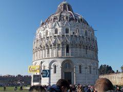 ドゥオーモの隣には洗礼堂があります。 上部はゴシック様式、下部はロマネスク様式という変わった構造になっているそうです。 私にはスターウォーズのR2-D2に見えるんですけど、家族のだれも賛同してくれませんでした。