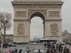 フランス・パリと言えば凱旋門  多くの観光客で賑わっています。  凱旋門の上に登ることもできます。