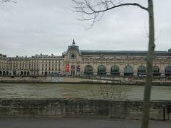 セーヌ川です  反対側に見えるのはオルセー美術館 もともと駅舎の建物だったようです。