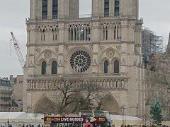 ノートルダム大聖堂  火災で塔が燃えてしましました…