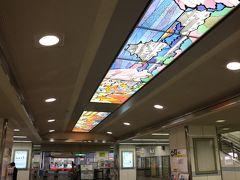 岸和田駅に到着。コンコース、改札前の天井にはだんじり祭りのステンドグラス。