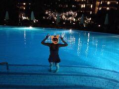 21:00ホテルに帰ってきました。 部屋に戻る前にちょっとプールでも見てみましょう・・・ステキー!ブルーに光っちゃってるよ~!!泳ごう!何時まで?22時まで!ってことで急いで水着に着替えナイトプールへ。 旅行中のスケジュールはパンパンに埋まってるのでプールに入るのはこのタイミングしかありませんでした。 私たち以外には1組の親子みので貸切状態。ちなみのその親子は本気の練習中。お母さんが子供に潜水?の仕方をびしびし教えこんでました。  夜だから日焼けも気にせず!平泳ぎしかできない私はカエルのように泳ぎ楽しむ。。ケロケロ  20分ほどナイトプールを堪能し2日目は終了。 明日は朝からカーチャーターでウブド、夜はエステのコースです! ではおやすみなさーいzzz
