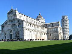 ピサはかつてヴェネツィア、ジェノヴァ、アマルフィと並ぶ海運都市として繁栄していました。 その財を投じて建てたのがこのドゥオーモです。 緑の芝生の上に白い大理石の建物が並ぶ姿が美しいことから「奇跡の広場」と称されているそうです。