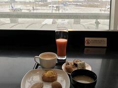 ANAマイルを利用してエコノミーからビジネスクラスにアップグレードしたので、出発前に羽田空港のANAラウンジを初めて利用しました。 無料で軽い食事をいただきました。満足。