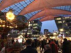 ミュンヘン空港を出るとすぐ目の前の広場でクリスマスマーケットが開かれていた。初めてのクリスマスマーケット。なかなか良い雰囲気。ここから鉄道駅へ。