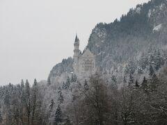 これがあのノイシュバンシュタイン城です。 最初は霧がかかっていましたが、だんだん見えてきました。