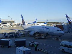 お世話になります! 小さい飛行機、3列-3列の配置でした。  予定通り、17時45分にテイクオフ!
