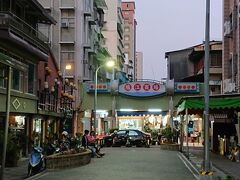 ずんずんと進むとやたら、昭和っぽいエリアに入った。 お店は開いているんだけれど、 飲食店ではなく、雑貨屋さん、時計屋さん、日本食を売っているお店。 それから、それから「占い屋」が数店あったな。  ここは「堀江商場」って言うらしい。 堀江商場と言えば、こことは別に「新堀江商場」と呼ばれている方が有名らしいよ。 こちらは「旧堀江商場」と呼ばれているんだって。