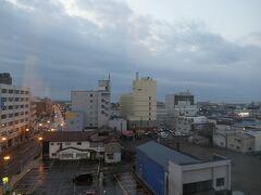 7:00  目が覚めました。外は曇りです。