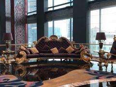 ホテルへチェックイン。 スタッフには日本人の方もいらっしゃるとのことでしたが、この日はお見かけしませんでした。 レベリーサイゴンのフロントにある定番のソファー。