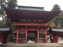 総門を過ぎると「楼門」が現れます。  1700年(元禄13年)、江戸5代将軍・徳川綱吉公が造営したといわれ、入母屋造で壁や柱の朱色が美しい。扁額は日露戦争で活躍した東郷平八郎の筆といわれます。 国の重要文化財に指定されています。