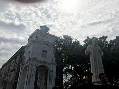 階段を上って「セントポールヒル」に来ました。  セントポール教会礼拝堂史跡と殉教したフランシスコ・ザビエルの像。