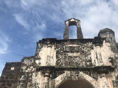 広場にたつ「サンチャゴ砦」  設置当時はこの砦の外は海だったので広場から海までは埋め立て地だということ。 破壊されずに残った唯一の要塞壁だそうです。