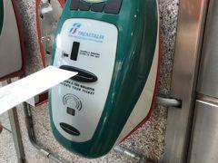 ナポリ駅。チケットをこの機械に入れてから乗らないとダメ。