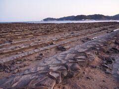 近くで見ると、鬼という名前ですが、 滑らかで、模様が付いています。  700万年前くらいに、海中で固い砂岩と柔らかい泥岩が積み重なった地層が 隆起し、長い間に波に洗われて、固い砂岩層だけが板のように積み重なって見えるようになったそうです。  よく見ると、砂が入ったところなのか、小さな穴がいくつもあいています。