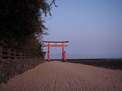 青島神社  亜熱帯の植物が茂っている島のせいか、雰囲気がありますねぇ。