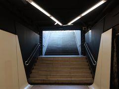 地下鉄で「ドラサナス駅」に。  本当は、「ディアゴナル駅」へ向かう予定でしたが、間違えて海側へ向かう方へ乗車しちゃった(笑)!。頭の「D」しか見てなかったんだよ!!!。 ううう、、、「ダウンコート」を買いに行く予定が・・・。 ということで、先に「ポルト・ベイ」を散歩することに♪。