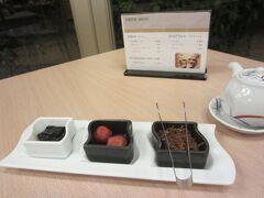 3日目の朝ご飯は和食。席に案内していただき、お茶とともにご飯のお供が提供されます。これは、毎日同じ。