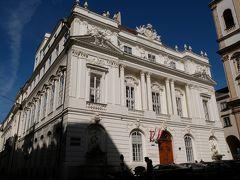 """オーストリア科学アカデミー 旅行記を書くときに調べてみると、古い歴史がある建物ばかりです。  この建物はÖsterreichische Akademie der Wissenschaften (オーストリア科学アカデミー)で、マリア・テレジアの時代1755年Jean Nicolas Jadot de Ville-Issey というフランスの建築家によるもので、ウィーン旧市街のDr-Ignaz-Saipel-Platzにあります。 かつてのウィーン大学の""""Aula""""(講堂)で、この場所は Universitätsplatz (大学広場)と呼ばれていました。 ここがウィーン大学の時代にはいわゆる法学部が入っていました。 ウィーン大学は1365年創立で、一昨年2015年が650周年記念でした。 この建物は建築様式的も重要なロココ様式となっていて、ここは1848年までウィーン大学として機能していました。(ネットより掲載)"""